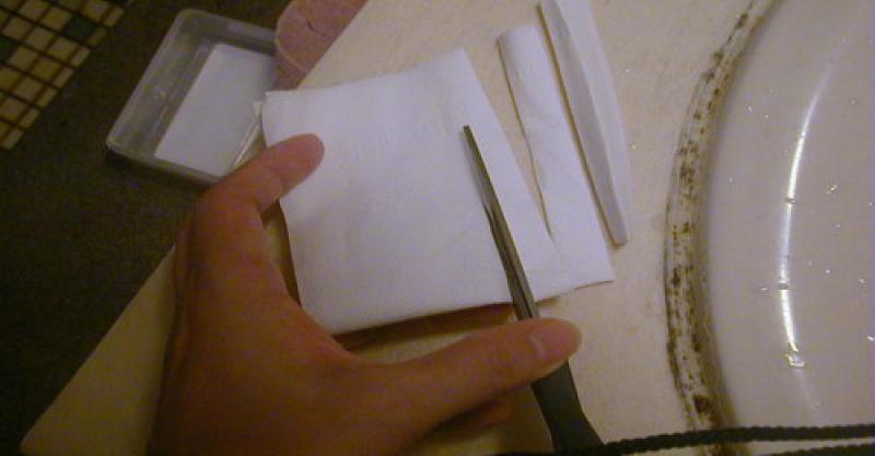 浴室發黴的矽利康怎麽刷都刷不乾淨?只要衛生紙沾上...竟然馬上變得乾乾淨淨,好神奇哦!!